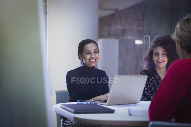 Lächelnde Geschäftsfrauen im Konferenzraum — Stockfoto