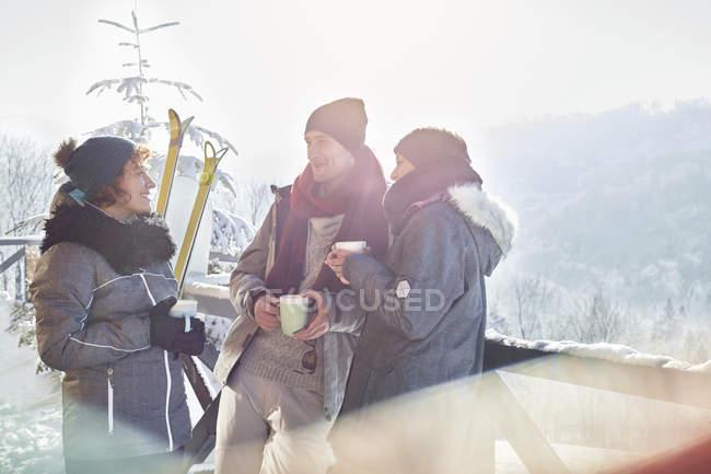 Amici di sciatore ne, bere caffè e Apres-Ski cacao caldo — Foto stock