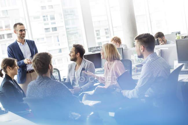 Uomini d'affari riuniti in ufficio — Foto stock