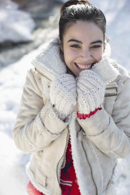 Портрет улыбающейся женщины в снегу — стоковое фото