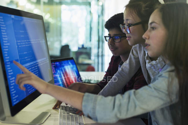Students programming at computer in computer lab classroom — Stock Photo