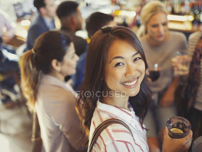 Mulher sorridente retrato bebendo com amigos no bar — Fotografia de Stock