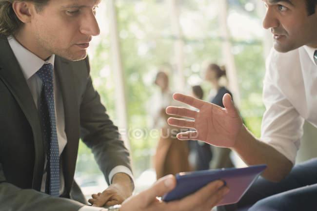 Geschäftsleute mit digitalem Tablet im modernen Büro — Stockfoto