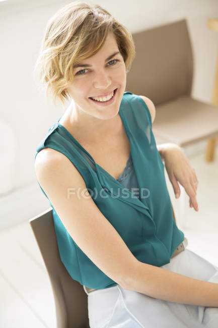 Porträt einer jungen Frau, die im Büro lächelt — Stockfoto