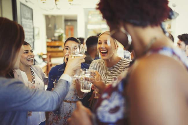 Entusiástica mulheres amigos brindar copos de vinho no bar — Fotografia de Stock