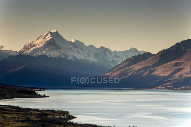 Живописный вид на озеро Пукаки и гору Кук, Южный остров Новой Зеландии — стоковое фото