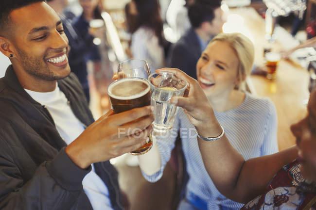 Энтузиазм друзей тост пиво и бокалы вина в баре — стоковое фото