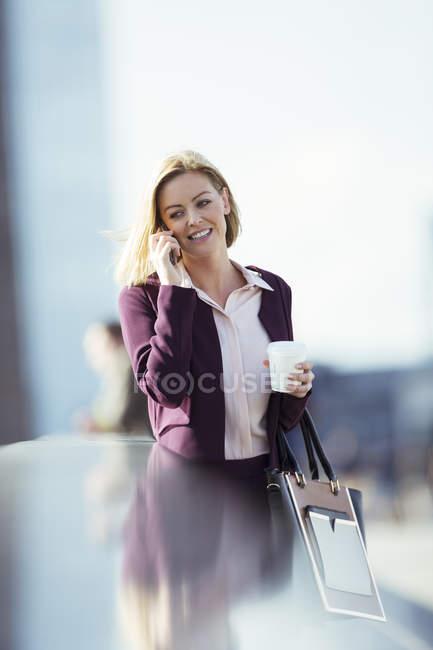 Empresária, falando no celular na cidade — Fotografia de Stock