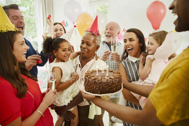 Famiglia multi-generazione festeggia il compleanno con torta al cioccolato — Foto stock