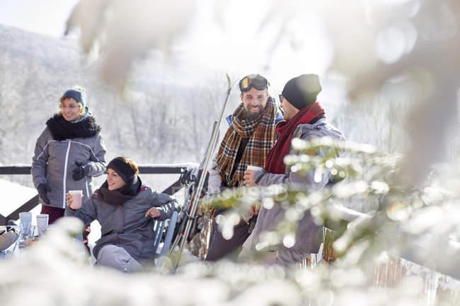 Amici di sciatore rilassarsi, bere caffè e Apres-Ski cacao caldo — Foto stock