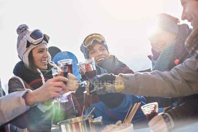 Amigos de esqui brindar copos de cocktail apres-ski — Fotografia de Stock