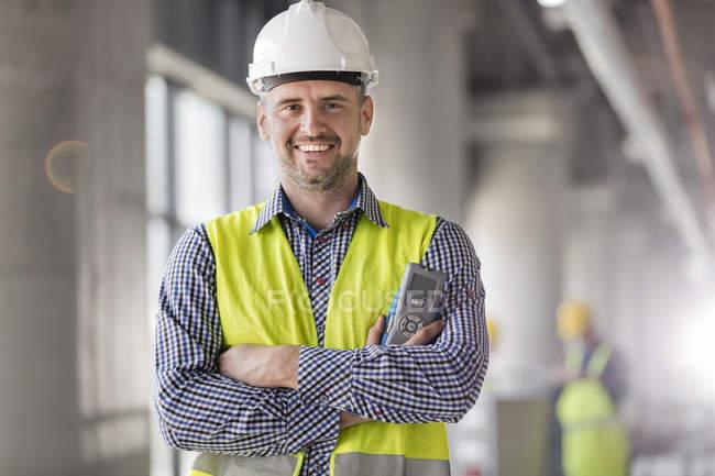 Portrait d'ingénieur souriant sur chantier — Photo de stock