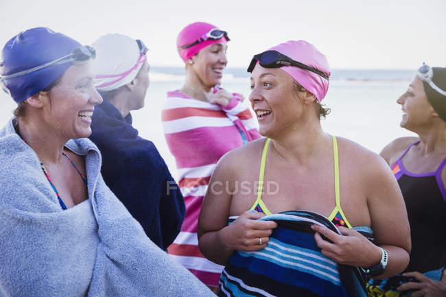 Felizes femininos nadadores ativos no oceano ao ar livre — Fotografia de Stock