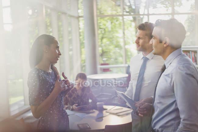 Geschäftsleute im Gespräch im modernen Büro — Stockfoto