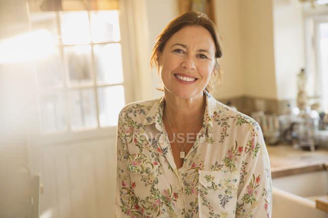 Retrato sonriente mujer madura - foto de stock