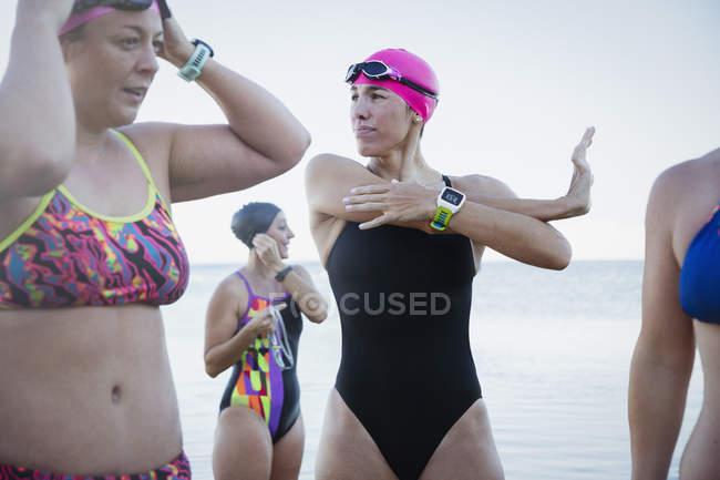 Nageurs féminins qui s'étend à l'océan, à l'extérieur — Photo de stock