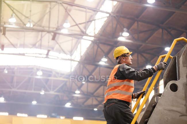 Вид збоку сталеві працівника сходження сходи в заводу — стокове фото