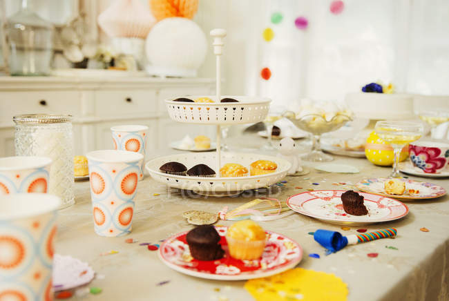 Cupcakes and decorations on birthday party table — Stock Photo