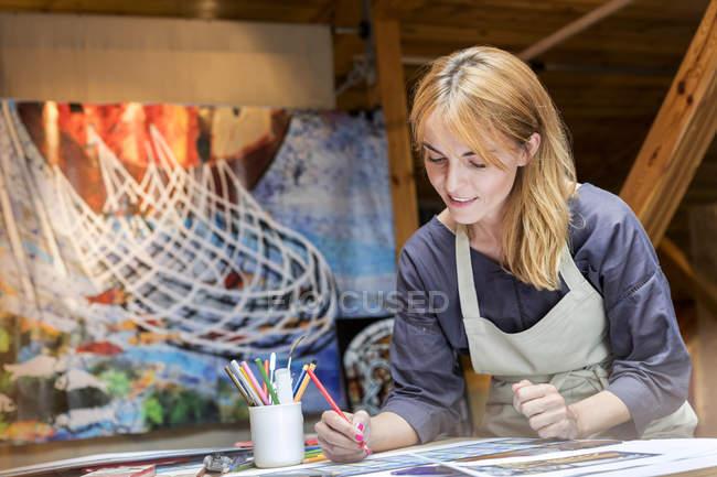 Художник нанесення в сучасний арт-студія — стокове фото