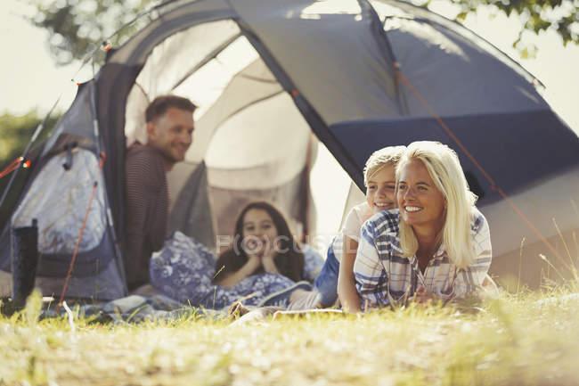 Усміхаючись, сімейного відпочинку за межами Сонячний намет в кемпінгу — стокове фото