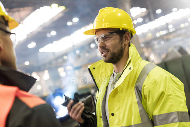 Сталеві працівників говорити заводі — стокове фото