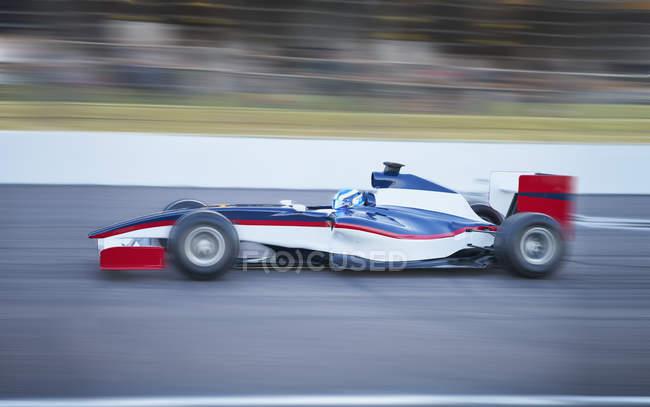 Формула 1 гоночный автомобиль на спортивной трассе — стоковое фото
