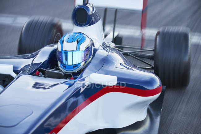 Formel 1 Rennfahrer im Helm auf Sportplatz — Stockfoto