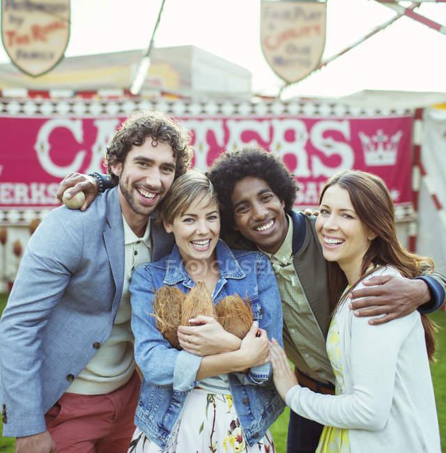 Portrait de quatre amis s'amuser dans le parc d'attractions — Photo de stock