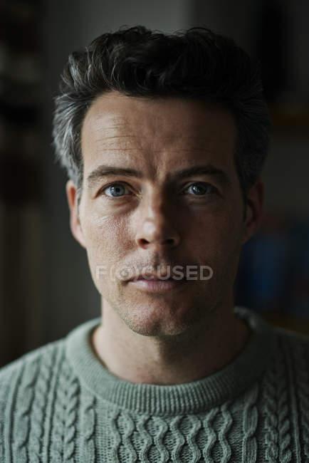 Портрет человека в зеленом свитере — стоковое фото