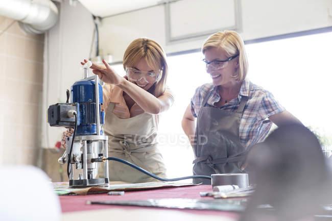 Вітражі художників, використовуючи обладнання у студії — стокове фото