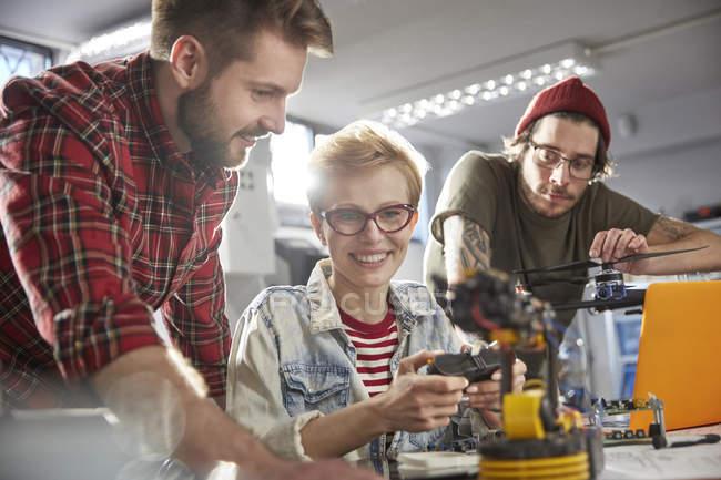 Programadores de computador programação robótica a sorrir — Fotografia de Stock