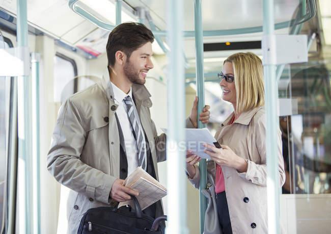 Деловые люди разговаривают в поезде — стоковое фото