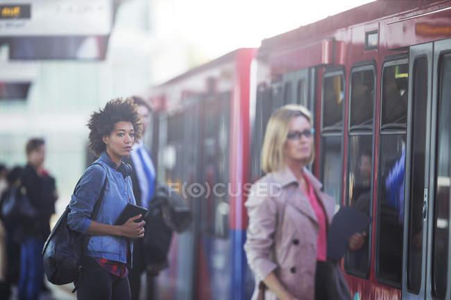 Personnes de monter à bord de train à la gare — Photo de stock