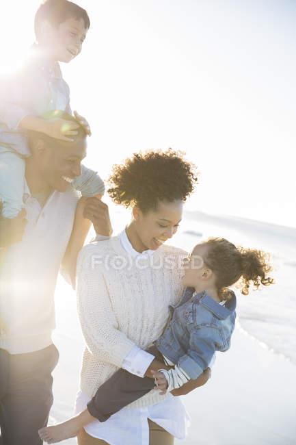 Счастливая семья веселится на пляже — стоковое фото