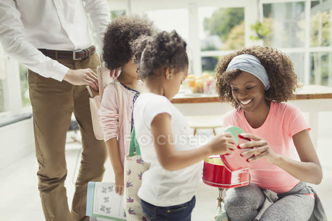 Mother preparing daughters lunch box in kitchen — Stock Photo