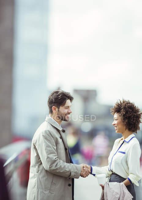 Ділові люди вітають один одного на відкритому повітрі — стокове фото