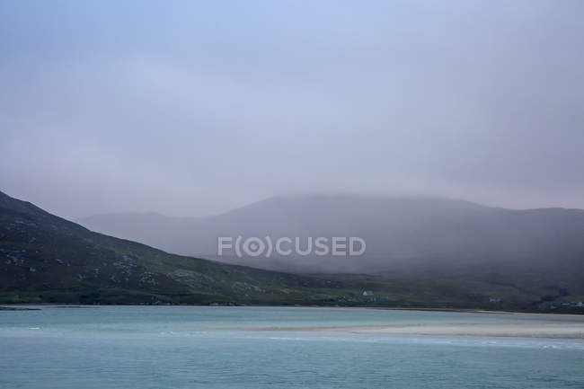 Nebel überrollen ruhigen Berge und Meer, goldene Straße, Harris, äußeren Hebriden — Stockfoto