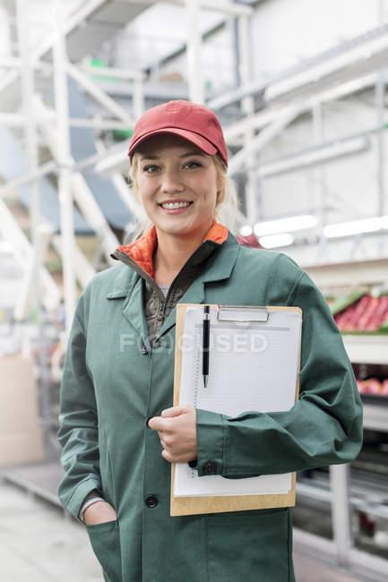 Портрет улыбающегося рабочего с буфетом в пищевой промышленности — стоковое фото