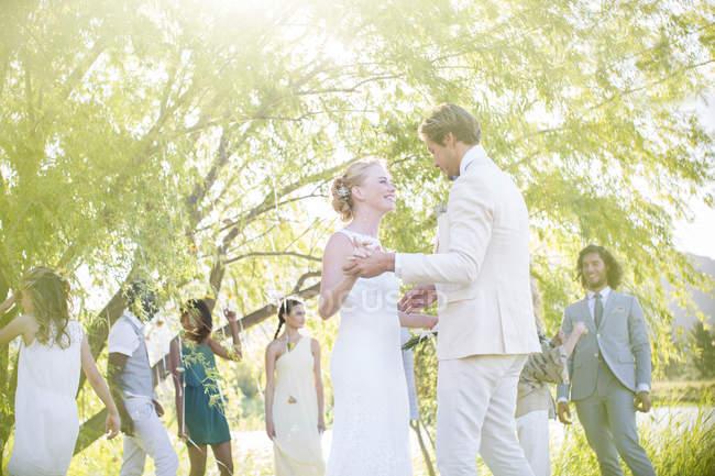 Junges Paar tanzt bei Hochzeitsempfang im heimischen Garten — Stockfoto
