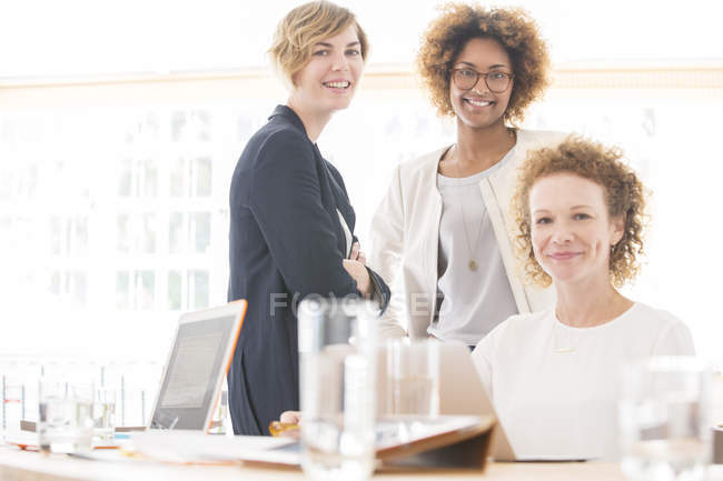 Портрет посміхаючись офісні працівники, сидячи за столом — стокове фото