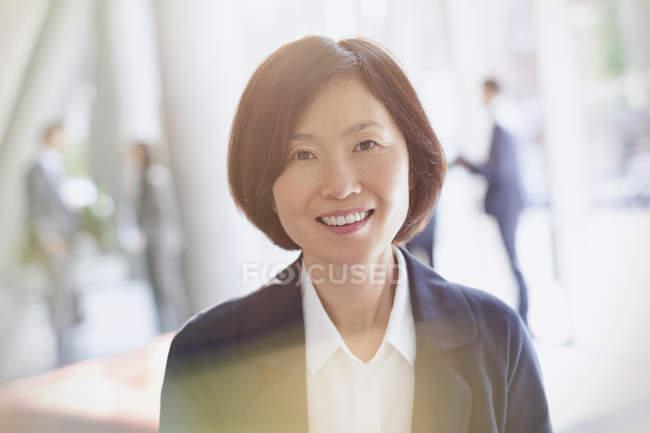 Portrait femme d'affaires souriante au bureau moderne — Photo de stock