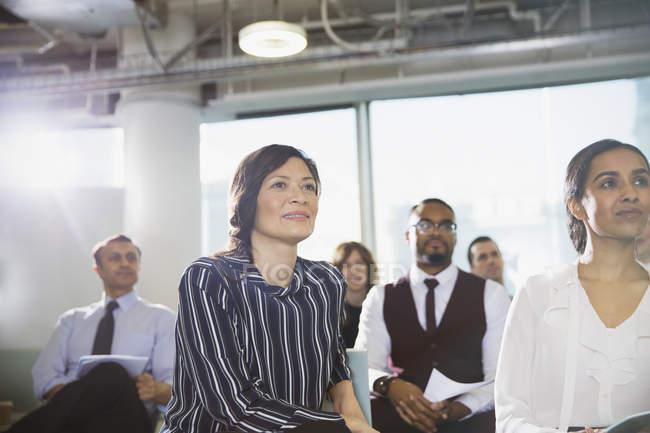 Femme d'affaires attentif à l'écoute dans l'auditoire de la Conférence — Photo de stock