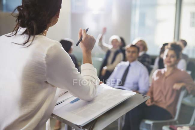 Geschäftsfrau, die führende Konferenz-Präsentation, Beantwortung von Fragen aus dem Publikum — Stockfoto