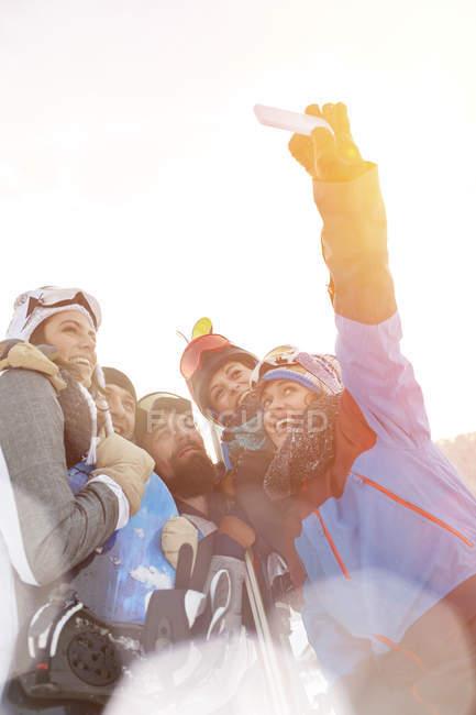 Amigos esquiador tomando selfie com telefone da câmera — Fotografia de Stock