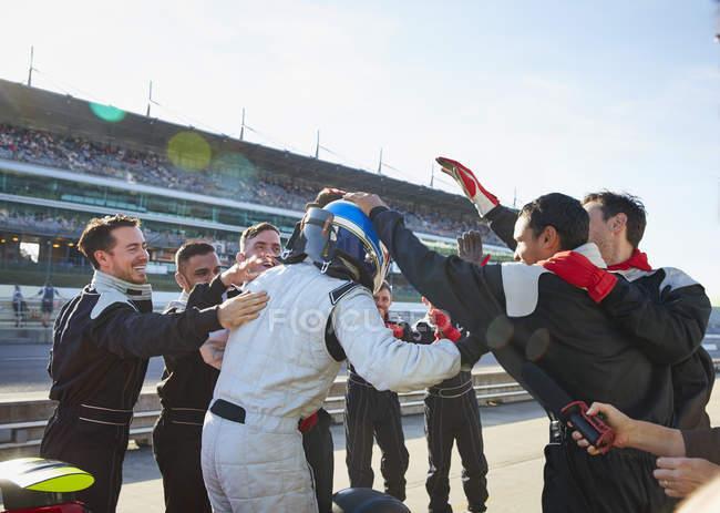 Formel-1-Fahrer und Rennstall feiern Sieg auf der Sportstrecke — Stockfoto