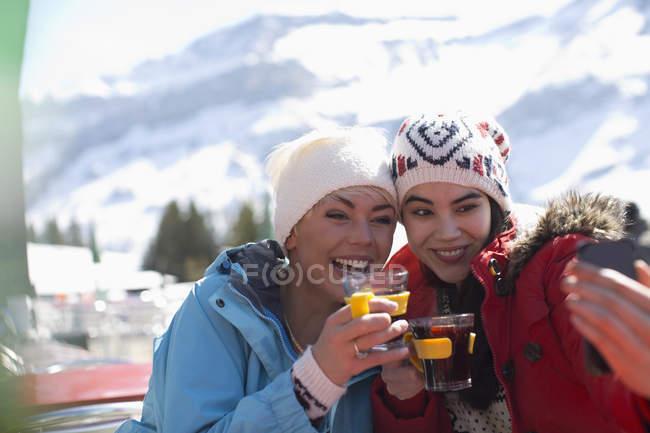 Amis en vêtements chauds prendre selfie à l'extérieur — Photo de stock
