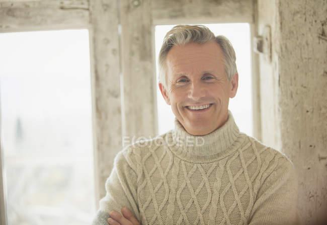 Portrait souriant homme senior en pull à col roulé — Photo de stock