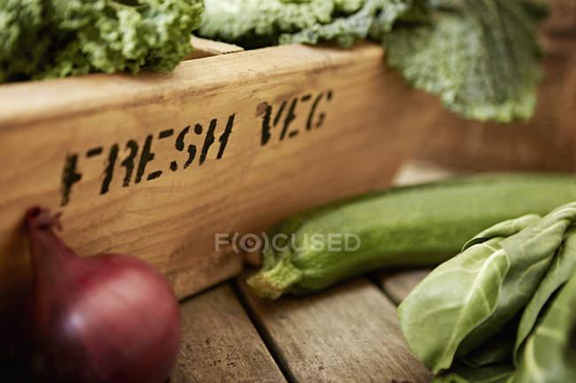 Овощи свежие, органические, здоровые натюрморты и деревянный ящик — стоковое фото
