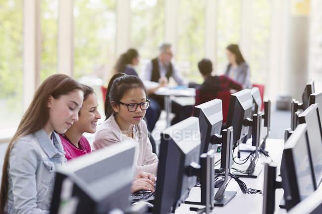 Studentinnen lernen in Bibliothek am Computer — Stockfoto