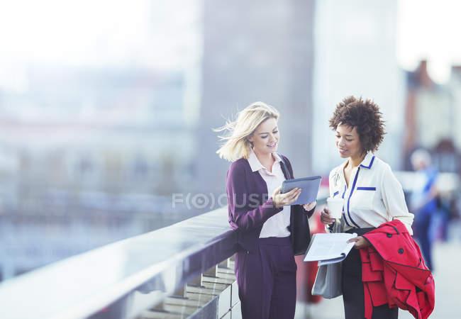 Бізнес-леді за допомогою цифровий планшет на міських мосту — стокове фото